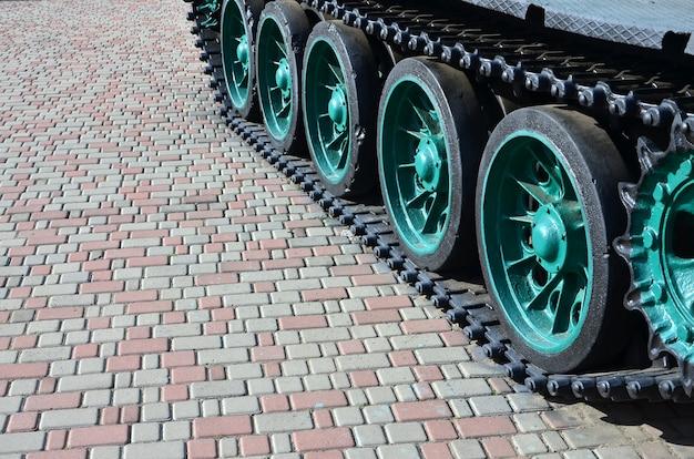 Een militair voertuig op rupsbanden staat op een plein