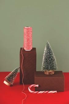 Een minimalistisch trending stilleven van kerstdecor op geometrische vormen met een zuurstok