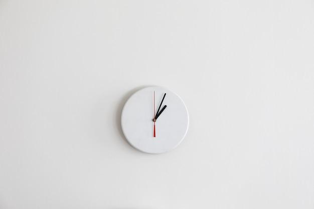 Een minimalistische moderne witte klok zonder cijfers