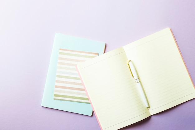 Een minimalistische werkplek van een copywriter