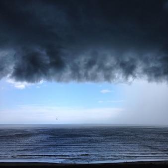 Een minuut voor tropische regen en orkaan in florida in een golf van mexico. uitzicht op de horizon
