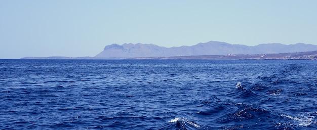 Een mistig eiland en golven in de egeïsche zee voor de kust van kreta.