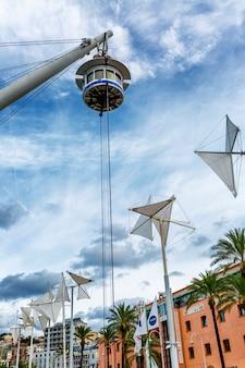Een mobiel observatiedek in de haven tegen een helderblauwe hemel. verticaal.