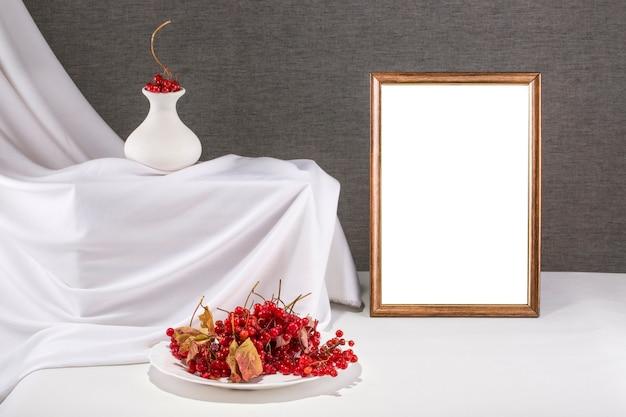 Een mock up van een frame, plaat van fruit en vas