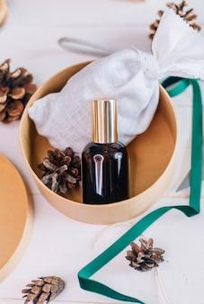 Een mockup van een glazen fles met een cosmetisch product als kerstcadeau