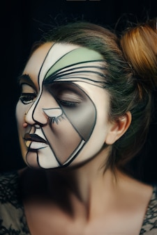 Een model poseert emotioneel met creatieve make-up