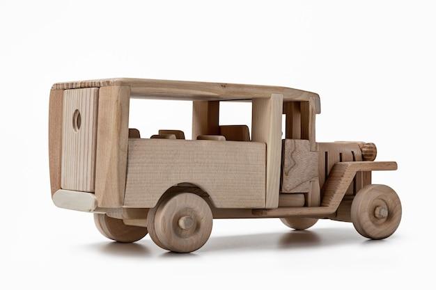 Een model van een vintage bus, speelgoed gemaakt van hout, zijaanzicht.
