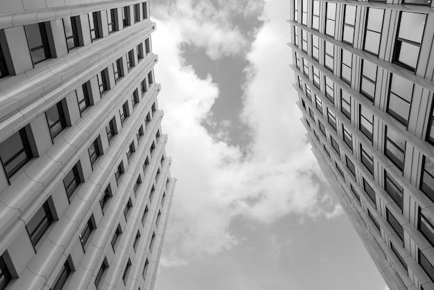Een modern hoogbouw kantoorgebouw in de stad. stedelijke architectuur.