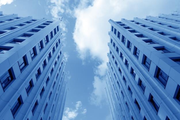 Een modern hoogbouwkantoor in de stad. stedelijke architectuur.