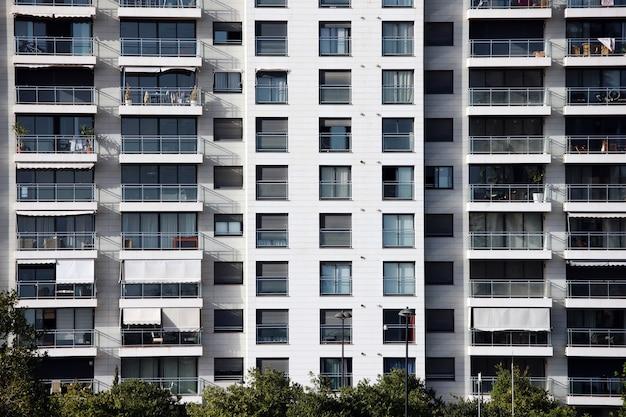 Een modern spaans flatgebouw in een mooie wijk
