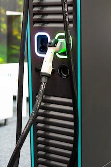 Een moderne elektrische snellader voor de elektrische of hybride phev-auto's. een energiekracht van de toekomst. ecologie vriendelijk opladerconcept. home elektrische auto acculader.