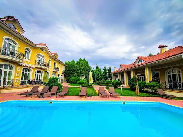 Een moderne en luxueuze residentie met zwembad