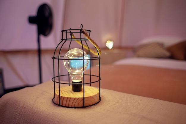 Een moderne glampinglamp. gloeilamp in een stijlvolle kap