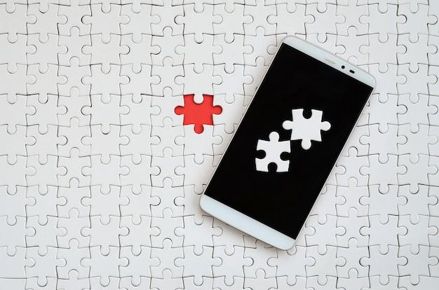 Een moderne grote smartphone met verschillende puzzelelementen op het aanraakscherm