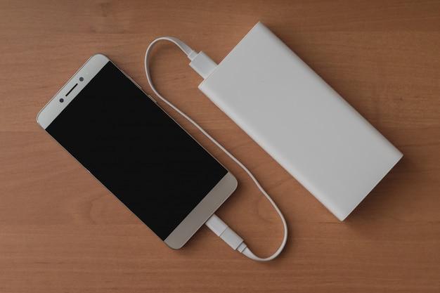 Een moderne smartphone en een aangesloten powerbank