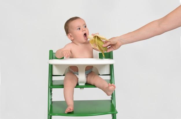 Een moeder die haar baby te eten geeft