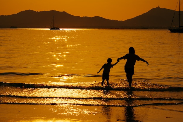 Een moeder en een zoon in openlucht bij zonsondergang met exemplaarruimte