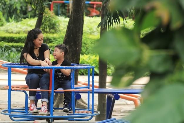 Een moeder speelt vrolijk met haar kind in het stadspark