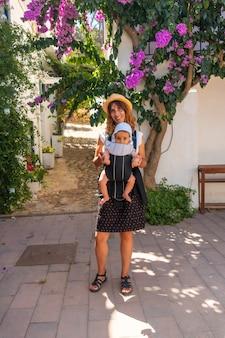 Een moeder wandelen met haar baby in sa tuna aan de kust van begur in de zomer, girona aan de costa brava van catalonië in de middellandse zee