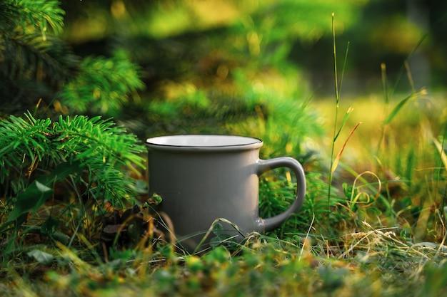 Een mok in het gras het concept van ecologie en toerisme