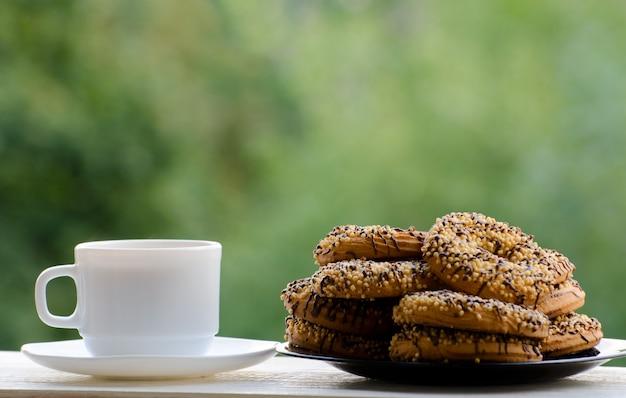 Een mok koffie en een bord heerlijke koekjes op tafel