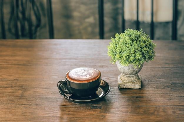 Een mok koffie in de winkel
