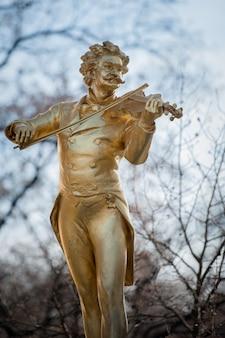 Een monument voor strauss in wenen, de oostenrijkse hoofdstad.