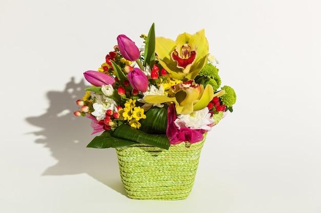 Een mooi arrangement van verse bloemen tulpen, archdeus, chrysanten en rozen op een witte achtergrond. bloemen voor de feestdag van 8 maart, verjaardag, 14 februari