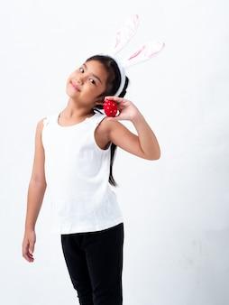 Een mooi aziatisch meisje dat een paasei houdt