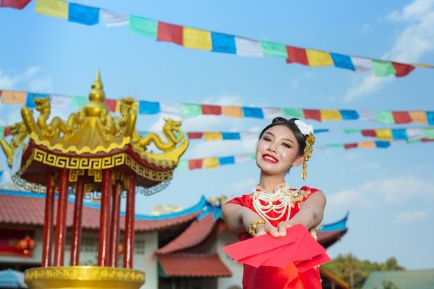 Een mooi aziatisch meisje dat een rode kleding draagt