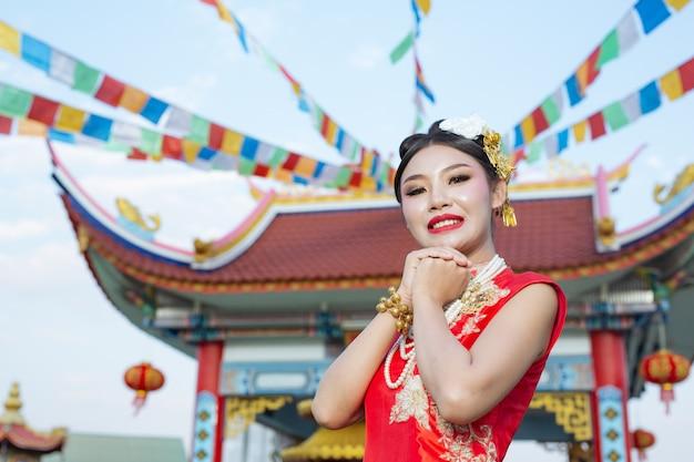 Een mooi aziatisch meisje dat een rode verering draagt