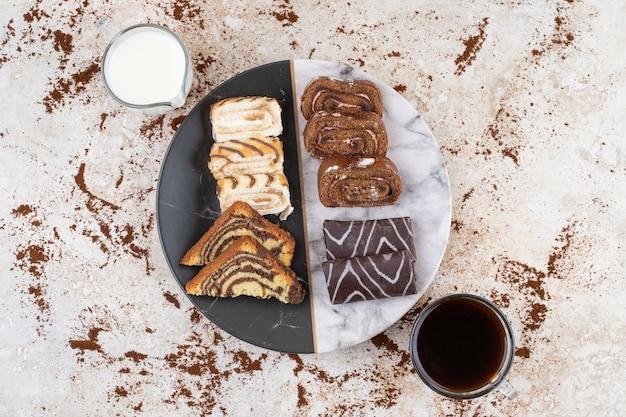 Een mooi bord met snoepjes en kopjes drank