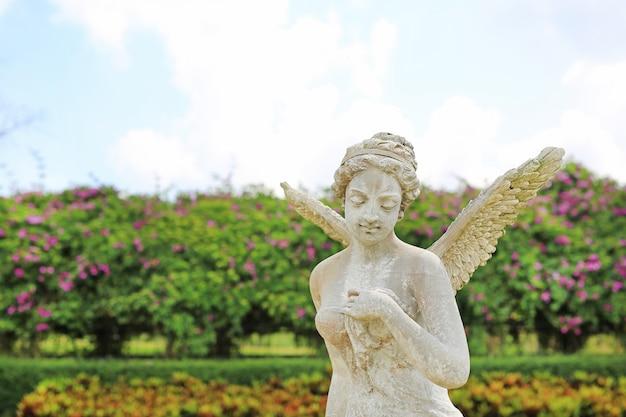 Een mooi engelenstandbeeld in de tuin.