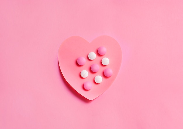 Een mooi hart gemaakt van papier met pillenmedicijnen erop