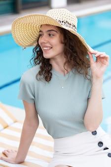 Een mooi jong meisje dat een hoed draagt