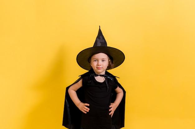 Een mooi jong meisje in heks kostuum. halloween concept