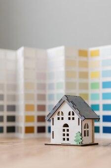 Een mooi klein model van een huis op een groene achtergrond
