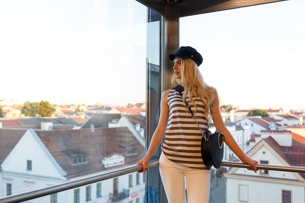 Een mooi meisje genieten van panoramisch uitzicht over de oude stad