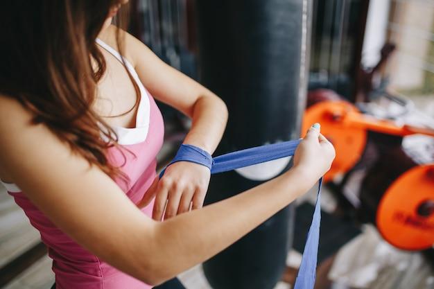 Een mooi meisje houdt zich bezig met een sportschool
