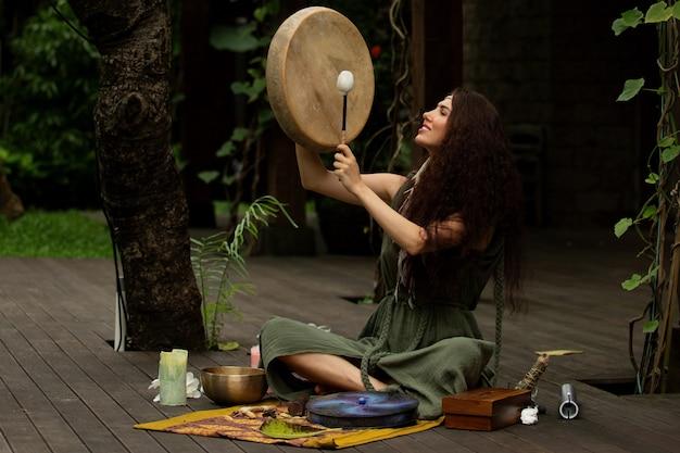 Een mooi meisje houdt zich bezig met sjamanistische praktijken