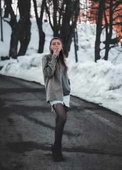 Een mooi meisje in de sneeuw