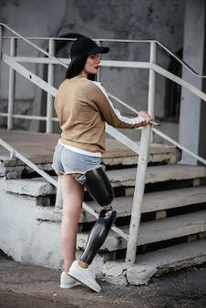 Een mooi meisje is gehandicapt met een prothese op één been.