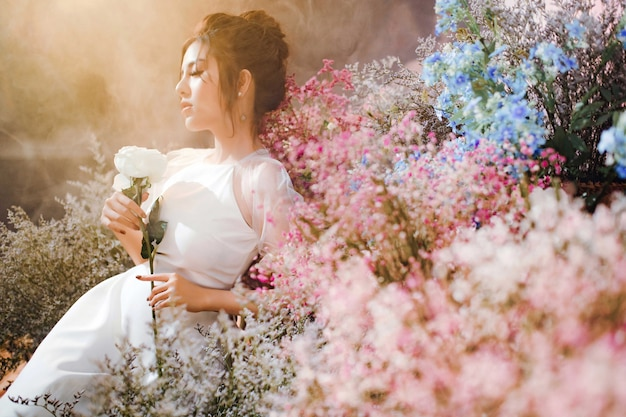 Een mooi meisje omringd door bloemen