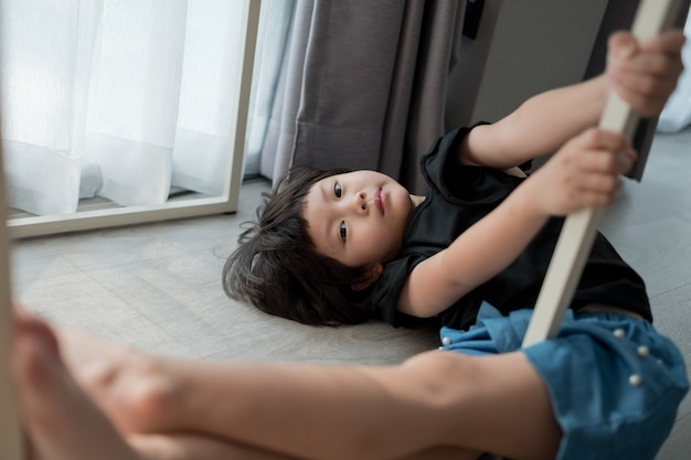 Een mooi meisje slapen op de vloer, gelukkig kind slapen, portret aziatische kind, thuis blijven