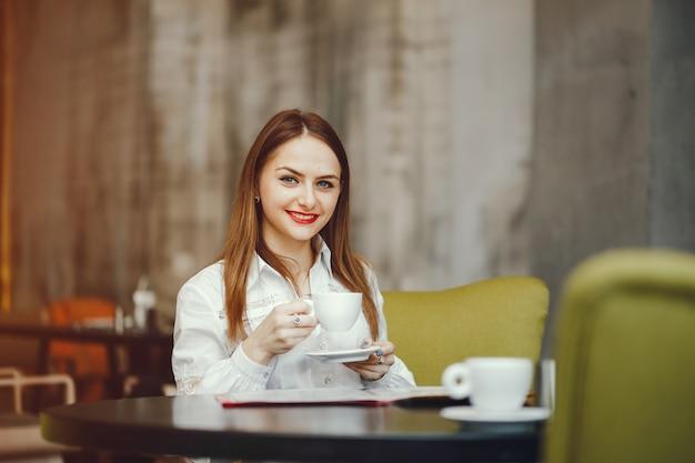 Een mooi meisje, zittend in een café