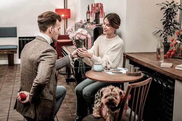 Een mooi moment. de man maakt zich klaar om in een café een voorstel te doen.
