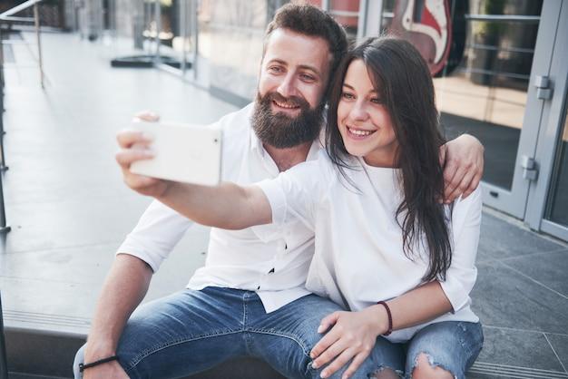 Een mooi paar maakt buiten een foto
