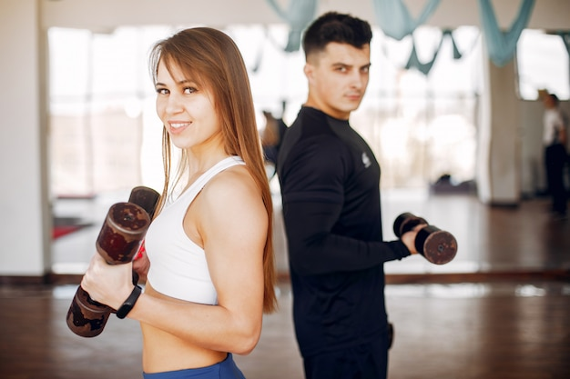 Een mooi sportpaar houdt zich bezig met een sportschool