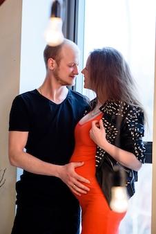 Een mooi stijlvol stel in afwachting van de geboorte van een kind. zwangerschap