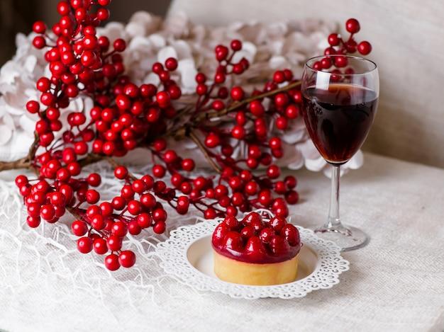 Een mooi stilleven van een glas wijn en dessert met bessen.